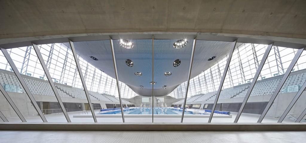 2 – London Aquatic Center Um dos projetos mais famosos da arquiteta, graças aos Jogos Olímpicos de Londres 2012. O vidro está em toda a fachada, formando quase uma vitrina da piscina. São 628 painéis em toda a fachada, além de divisórias internas. Por conta do clima inglês, os vidros contam com tratamento para conforto térmico.
