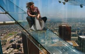 Tem medo de altura? Experimente um tobogã de vidro em Los Angeles