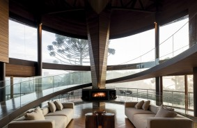 Casa em Campos do Jordão aposta em vidro curvo