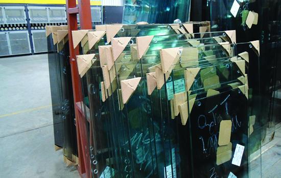 Vidros protegidos por calços e separadores de papelão: protetores garantem a segurança do nosso material durante o transporte