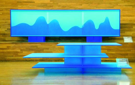 Mesa de centro (à frente) e aparador Nébula, de Leo Di Caprio