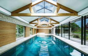 Casa de piscina na Inglaterra se destaca pelo uso de vidro
