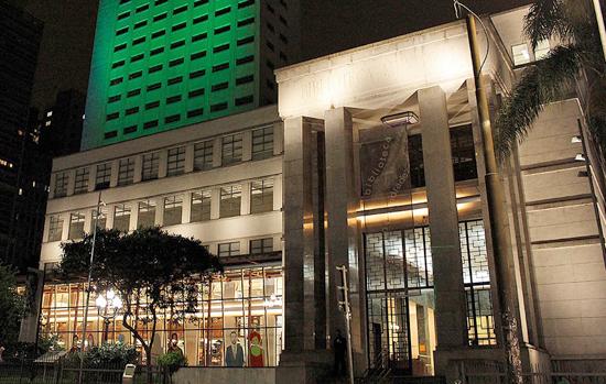 Biblioteca Mário de Andrade (SP) recebe obra de arte com vidro