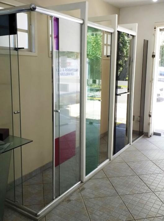 """Retok's, Porto Alegre  Pedido dos clientes  """"Percebemos a necessidade de criar um espaço desse após conversas com clientes e arquitetos"""", revela o proprietário de Retok's, Cláudio Corrêa Irmão. """"Eles sentiam necessidade de visualizar o produto"""";  Resultados imediatos  A partir da inauguração do showroom, novos clientes apareceram, segundo a empresa. """"A pessoa grava melhor aquilo que vê. Assim tivemos um aumento nas vendas"""", afirma Cláudio;  Parcerias com fornecedores  Criar parcerias com fabricantes e fornecedores é uma ótima saída para o investimento diminuir, basta analisar a própria Retok's. Os vidros expostos, por exemplo, são da processadora Personal Glass. Em relação aos boxes, apenas agregaram-se os novos modelos que surgem no mercado."""