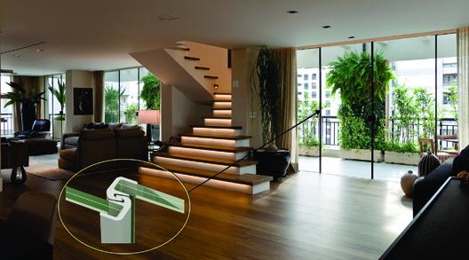 Vedação garantida Onde: apartamento duplex, em São Paulo Porta: de correr, com temperados 10 mm, cada um com 2,4 m de altura encaixilhados com sistema VES Fornecedores: Avec Design (sistema VES e instalação)