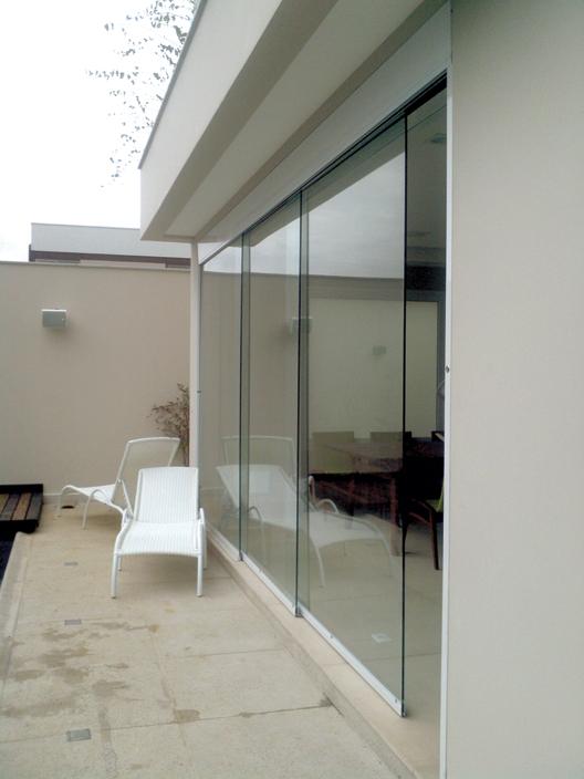 'Parede móvel' de vidro Onde: residência em São Paulo Porta: automática, com três folhas de temperado, cada qual com 1,9 m de largura Fornecedores: Vipdoor (especificação e desenvolvimento do sistema de porta automática)