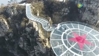 Mais uma ponte de vidro para a conta dos chineses. Confira!