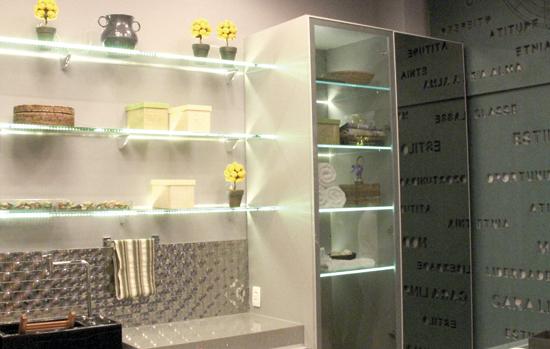 Como é a instalação de prateleiras de vidro segundo as normas?
