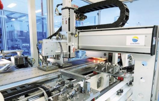 Fabricação de painéis na planta da Globo Brasil: empresas vidreiras precisam se aproximar do setor solar para o desenvolvimento de um mercado viável para todos