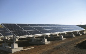 Nas usinas fotovoltaicas, os painéis são instalados no chão, em uma grande área voltada para a produção em grande escala.
