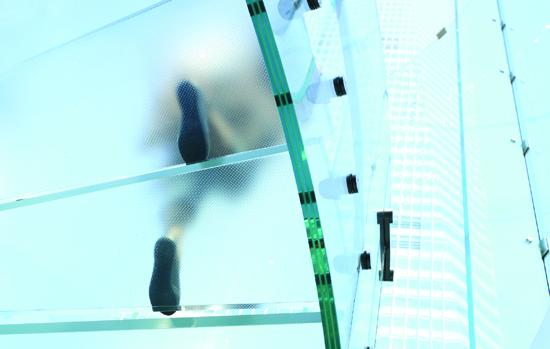 O que a norma diz sobre vidros em pisos, degraus, piscinas e aquários?