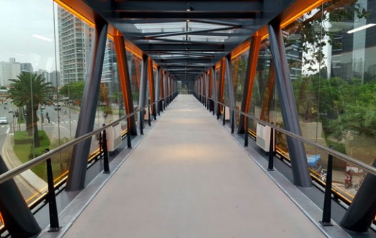 O projeto da Vidroforte para a passarela sobre a Avenida Chucri Zaidan, em São Paulo, levou em conta a necessidade de rigidez e entrada de luz natural na estrutura. Laminados de temperados de 12 e 16 mm, feitos com Habitat, da Cebrace, oferecem ainda controle solar
