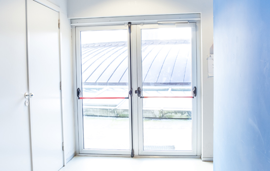 Vai colocar barra antipânico na porta de vidro? Siga as normas!