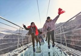 China bate o próprio recorde e inaugura ponte de vidro mais longa do mundo