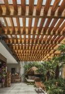 Uso de vidro aramado na cobertura do ambiente Varanda Kashmir, de Valéria Leão e Marina Pimentel, na Casa Cor Brasília 2016