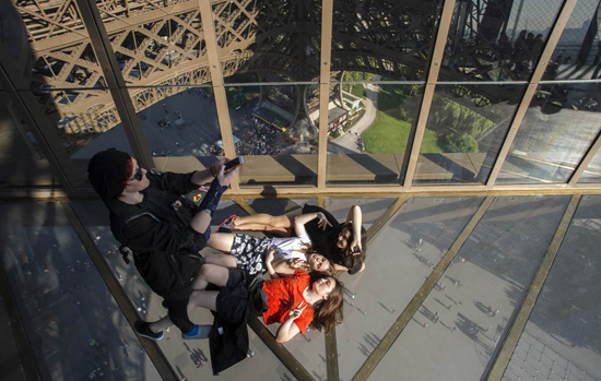glass-floor-torre-eiffel