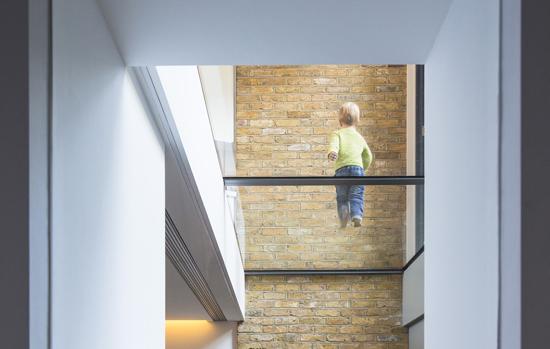 Confira dicas para instalação de pisos de vidro