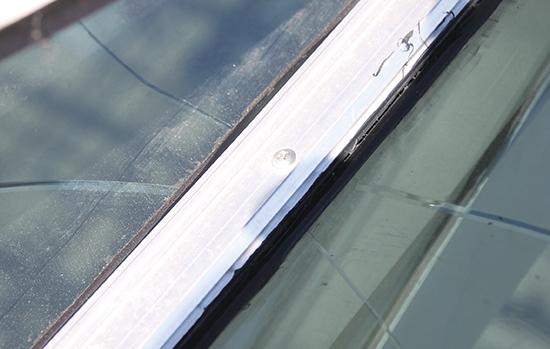 Trinca causada pelo contato direto do vidro com o parafuso: calços e guarnições devem ser especificados e aplicados para garantir a proteção do laminado.