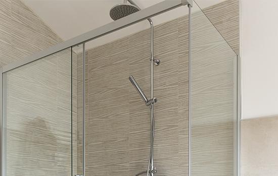 Trabalho com componentes de qualidade certificada, instalação dentro das normas e manutenção preventiva são essenciais para evitar problemas com boxes de banheiro