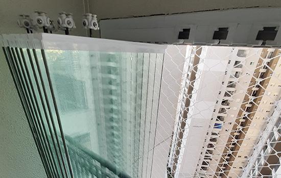 """A chegada ao Brasil do chamado """"sistema europeu"""" ajudou a popularizar o produto: nele, as chapas de vidros ficam sobre trilhos de correr e podem ser totalmente abertas e fechadas"""