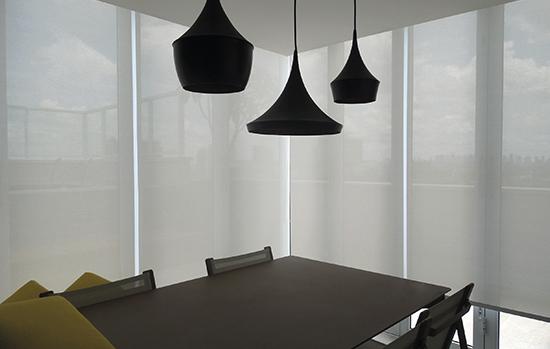 Atenção na escolha da cortina-rolo: dependendo do tecido do sistema, o produto pode permitir ou barrar a entrada de luz no ambiente
