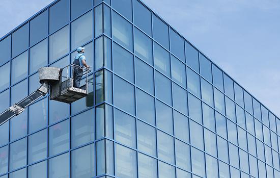 Guindastes ou outros maquinários também podem ser usados para limpar prédios envidraçados: tudo depende da facilidade de acesso à estrutura